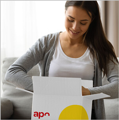 Paketbote übergibt Kundin mehrere Päckchen von apotheke.de