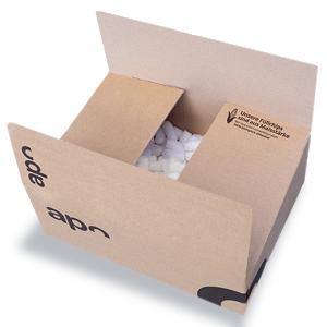 Ein Karton von apotheke.de, welcher mit Maischips als Verpackungsmaterial gefüllt ist